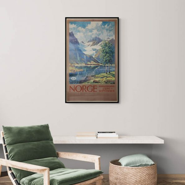 Norge_sommersesong_Cozy_room_with_armchair_and_wall_shelf